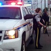 Des policiers armés à Moncton où trois agents de la GRC ont été abattus, dans le secteur Pinehurst.