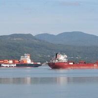Deux cargos se croisent devant l'île aux Coudres.