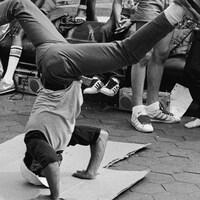 Un jeune homme danse le breakdance.
