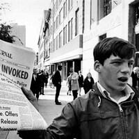 Un vendeur de journaux, le 16 octobre 1970
