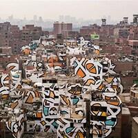 Une fresque de l'artiste français El Seed au Caire, en Égypte.
