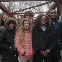 Un groupe d'adolescents sur un pont pédestre, l'hiver