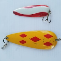 Les hameçons de pêche sont jaunes et rouge.