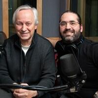 Les deux hommes sourient en posant dans un studio de radio.