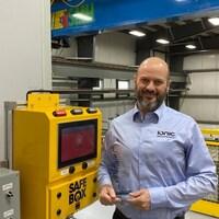 André Dumais est photographié à côté d'un SafeBox.