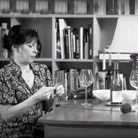Marc Labrèche et Anne Dorval boivent du vin, discutent à bâtons rompus et Anne tricote.