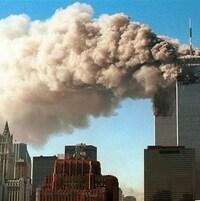 Deux énormes panaches de fumée s'échappent des tours jumelles du World Trade Center, le 11 novembre 2001.