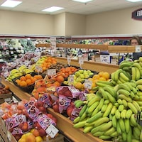 Des étalages remplis de fruits et de légumes.