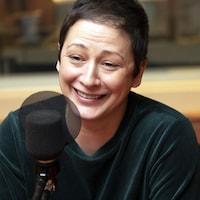 Anick Lemay sourit devant un micro dans un studio de Radio-Canada.