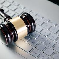Un maillet de juge sur un clavier d'ordinateur