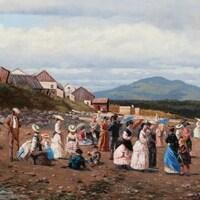 Toile peinte montrant une vingtaine de personnes, hommes, femmes et enfants, se promenant sur une plage en habit d'époque avec en arrière-plan un paysage de montagnes.