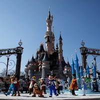 Un spectacle avec les personnages de Disney devant le château de Cendrillon.