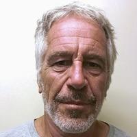 Jeffrey Epstein, mal rasé, regarde l'objectif de l'appareil photo.