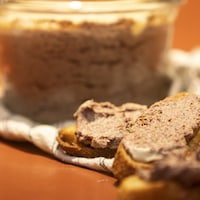 Un petit pot de faux foie gras avec trois croûtons beurrés du même pâté.