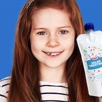 Une petite fille tient un contenant du « glaçage à salade » de Kraft.