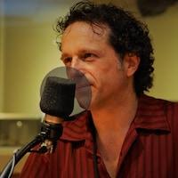 Le comédien Mario Saint-Amand au micro de Stéphan Bureau