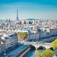 Vue aérienne de Paris, la Seine et la Tour Eiffel.