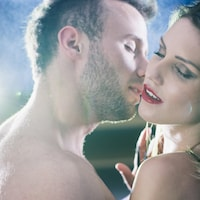 Un homme et une femme dénudés s'enlacent.