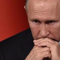 Le président russe est soucieux lors d'une rencontre de presse.