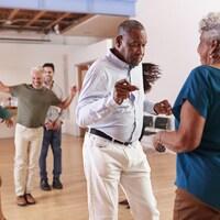 Des personnes âgées dans un cours de danse.