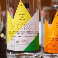 Les étiquettes de deux bouteilles de vodka et de liqueur d'orange.