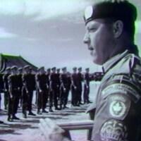 Casques bleus canadiens à Chypre. Dirigeant qui commande une troupe de Casques bleus, en rangée.