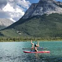Session de yoga sur planche à pagaie dans les Rocheuses