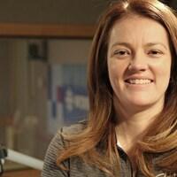 L'entraîneuse de l'équipe des Lancers, Chantal Vallée, pose à la caméra dans un studio de radio.