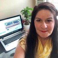 Christine Paris devant son ordinateur