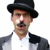 Portrait du clown le Grand Balanzo avec un chapeau melon noir et et une belle moustache. Il fait une grimace avec sa bouche en forme de O.