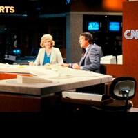 Image rétro d'une présentatrice et d'un présentateur de nouvelles regardant la caméra dans un studio de télévision.