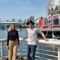 Évelyne et Corey devant les installations olympiques de Vancouver.