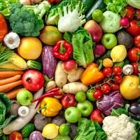 Un assemblage de fruits et des légumes frais.