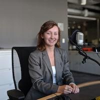 Photo d'une jeune femme dans un studio de radio.