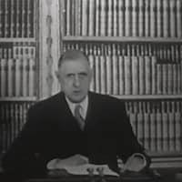 Le général est assis devant une bibliothèque et prononce un discours télévisé destiné aux Français.