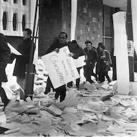 Des manifestants brandissent des pancartes.