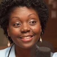 La femme d'affaires Déborah Chèrenfant sourit au micro d'ICI Première pendant une entrevue.