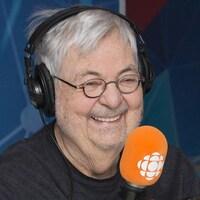 Michel Tremblay sourit au micro d'ICI Première.
