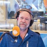 Jean-François Rivest devant un micro de radio.