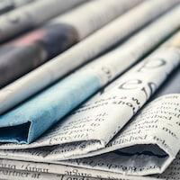 Des journaux empilés.