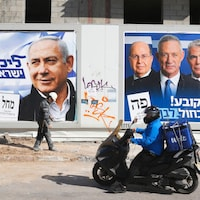 La photo est prise de jour et les deux affiches montrent le visage des candidats. Nétanyahou est seul, tandis que Gantz est entouré de trois autres candidats.