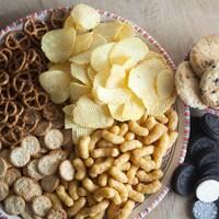 Des aliments transformés présentés sur une table.