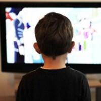 Un enfant regarde la télévision.