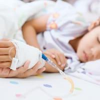 Une fillette est alitée dans un hôpital.