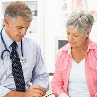 Une femme âgée rencontre son médecin.