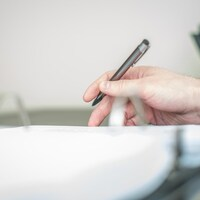 Un notaire examine un document.
