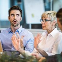 Un employé hausse le ton avec des collègues de travail.