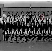 Près d'une cinquantaine d'élèves se font prendre en photo à l'école.