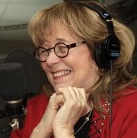 Édith Butler avec des écouteurs en studio