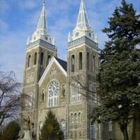 Une vieille église en pierre avec deux tours à clochers.